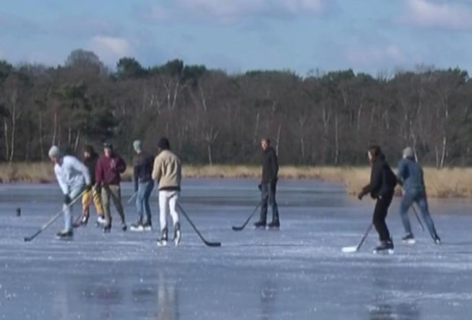 IJs op Kalmthoutse Heide net niet dik genoeg... maar schaatsen wordt wel gedoogd