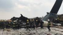 Vliegtuig crasht naast landingsbaan en vliegt in brand: Minstens 49 doden