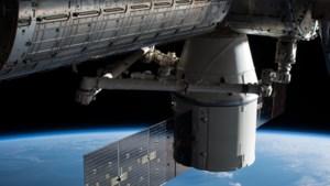 Privaat ruimtevrachtschip Dragon aan ISS gekoppeld