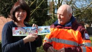 Gemeentemedewerkster Annick Laenen koopt de allereerste sticker van Rode Kruis Lille