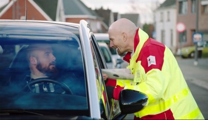 """Vrijwilligers Rode Kruis niet te spreken over reclamefilmpje: """"Ik schaam mij om nog stickers te verkopen"""""""