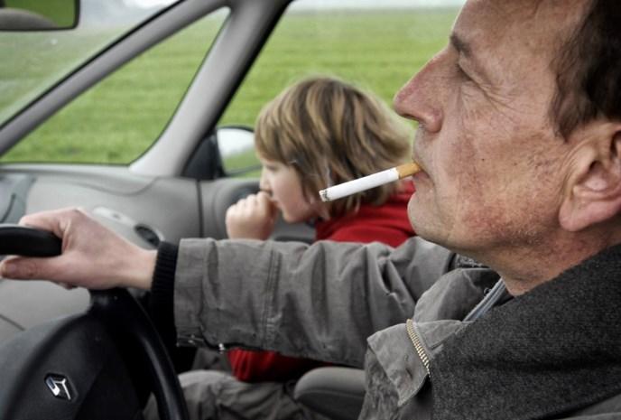 Ontwerp van decreet: Boete tot 250.000 euro voor wie rookt in auto met kinderen