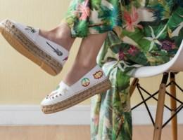 Zo draag je platte schoenen onder je zomerjurkjes