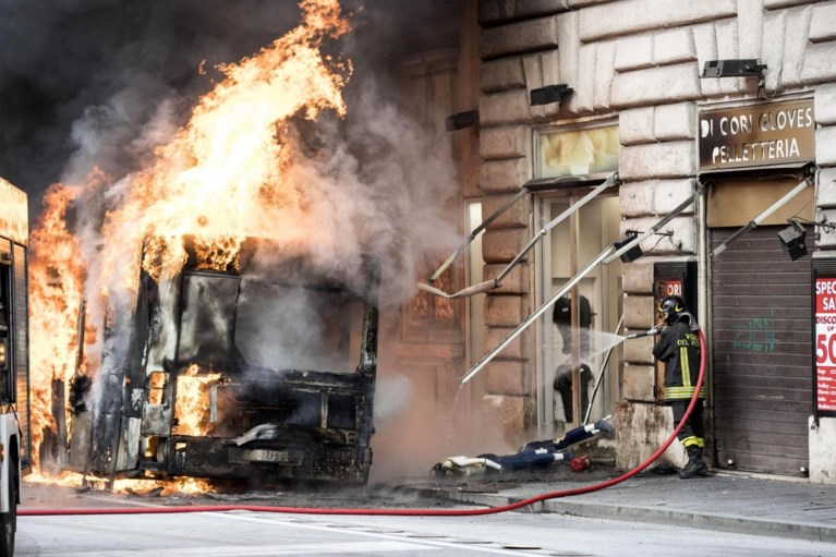 Bus vat vuur in centrum van Rome: toeristen in paniek uit vrees voor aanslag