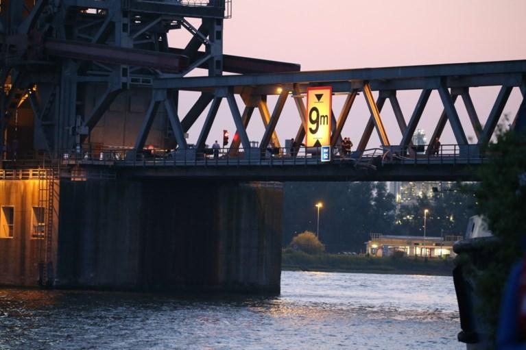 Containerschip vaart tegen Lillobrug: brug en schip beschadigd, containers in het Kanaaldok