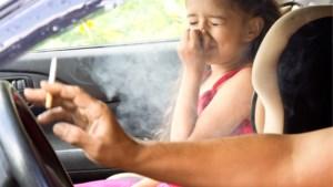Binnenkort verboden om te roken in auto met minderjarigen in