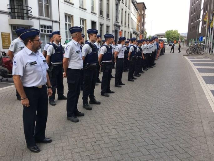 Ruim honderd politiemensen houden minuut stilte voor slachtoffers Luik