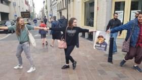 """Driehonderdtal actievoerders in mensenketting voor Mawda, Francken vindt actie """"wansmakelijk"""""""