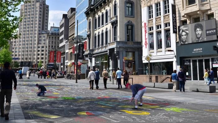 Examenstress? Antwerpse studenten maken samen gigantische krijttekening op de Meir om te ontspannen