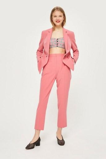Net als Beyoncé: wie hip wil zijn, draagt een roze kostuum