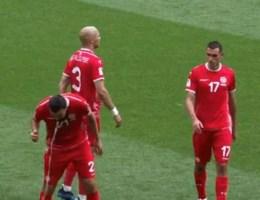 VIDEO. Tunesiër maakt maag even leeg tijdens match tegen Rode Duivels