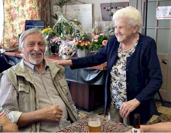 """'Fenomeen' Julia (87) staat al vijftig jaar achter de toog: """"Mij krijgen ze hier niet weg"""""""