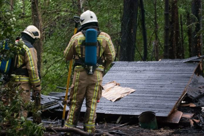 Houten chalet brandt volledig uit in bos
