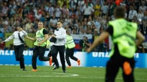Activisten van Pussy Riot bestormen veld tijdens finale WK Voetbal
