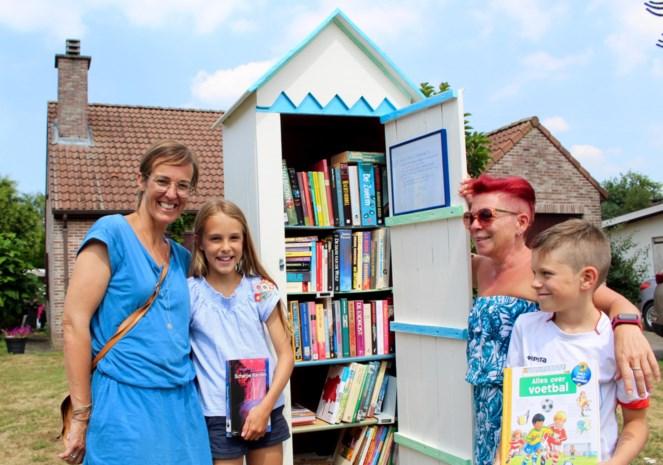 """Erika Demeye (50) plaatst ruilboekenkast in voortuin: """"Zo leer je meteen ook je buren kennen"""""""