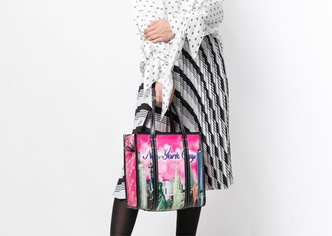 Door deze kitscherige tas zit Balenciaga in de problemen