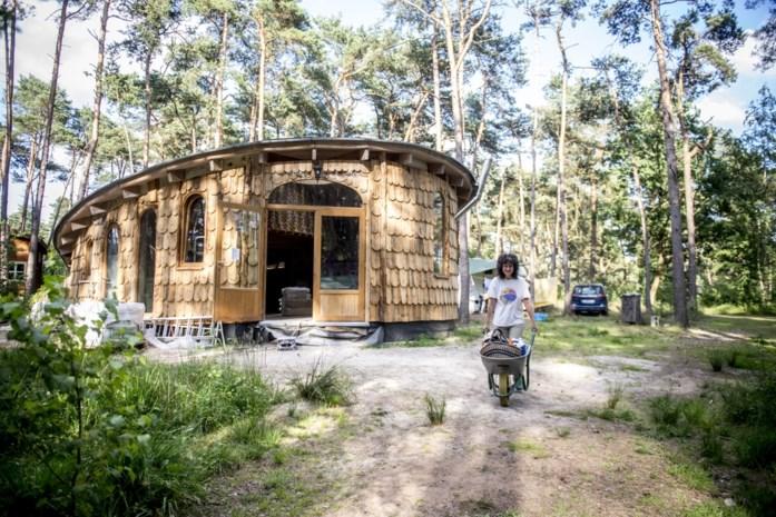 """Vrijwilligers uit de hele wereld helpen nomade Marieke met haar wonderlijke boshuisje in Lille: """"We leven in een vriendelijk universum"""""""