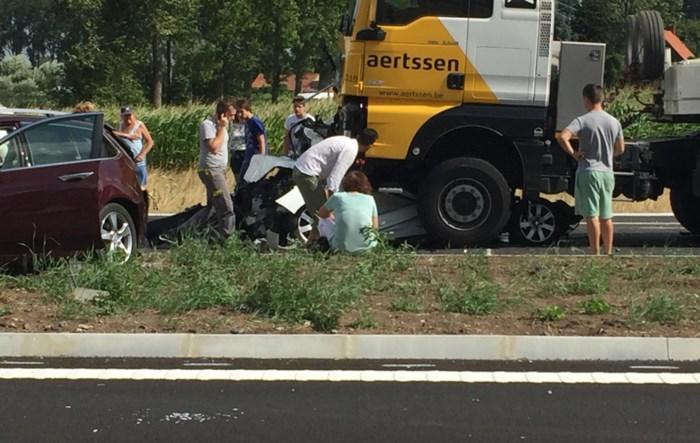 """Vrachtwagen verplettert auto met moeder, oma en twee peuters: """"Pas na de klap is hij beginnen te remmen"""""""