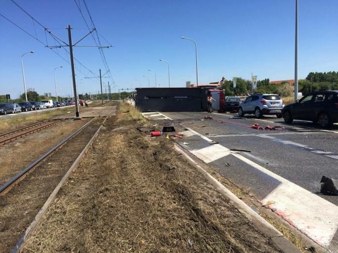 Gekantelde brandweerwagen richt ravage aan in Blankenberge: twee gewonden