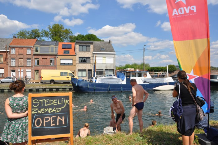 Dertigtal mensen duikt Leuvense Vaart in voor behoud zwembad