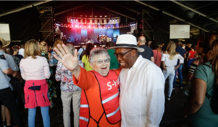 """Met Nicole (80) naar de Antilliaanse Feesten: """"Ze mogen mij hier elke dag komen afzetten"""""""