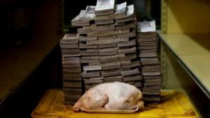 Schrijnende foto's: zo veel bankbiljetten heb je nodig om basisproducten als toiletpapier te kopen in Venezuela