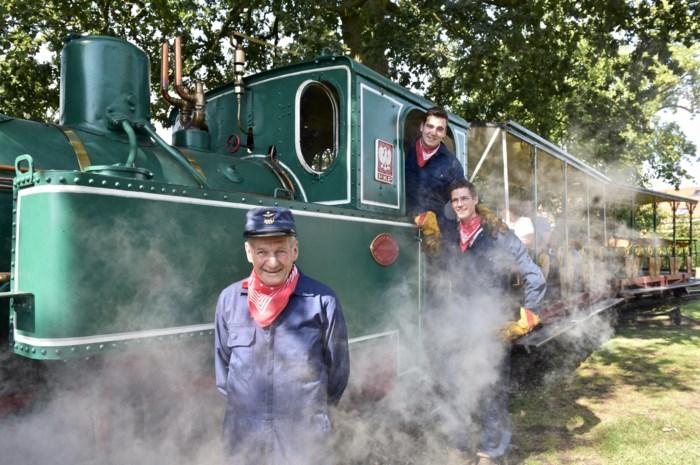 77-jarige halfjaar bezig met herstelling treintje