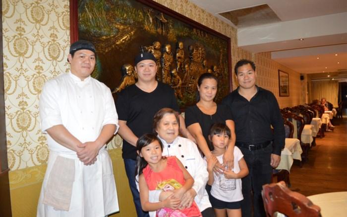 Chinees restaurant viert 25ste verjaardag en stuurt twee klanten de lucht in