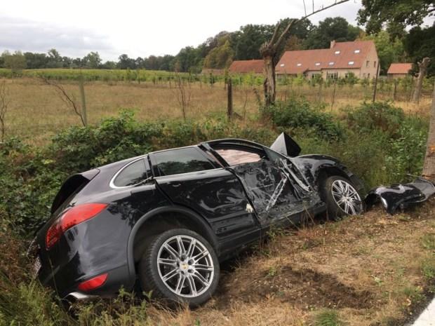 Porsche belandt in gracht: bestuurster gewond