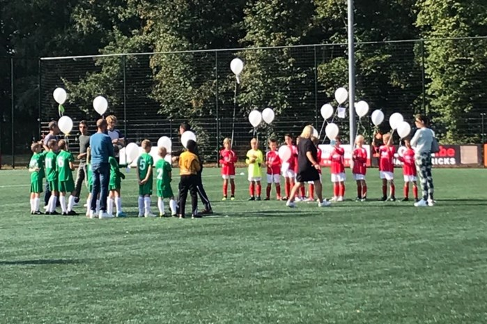 Voetballertjes eren hun overleden coach Wout Christiaens