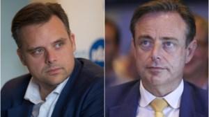 """Uithaal van De Backer naar De Wever verbaast politicologen: """"Dit doet denken aan Amerikaanse toestanden"""""""