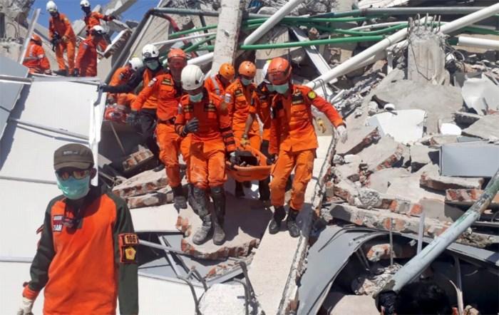 Nog veel mensen onder puin, maar gebrek aan materieel en brandstof bemoeilijkt reddingswerken Indonesië