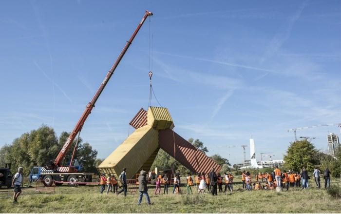 IN BEELD. Containerkunstwerk van elf meter hoog onthuld op Konijnenwei