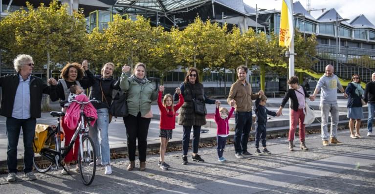 VIDEO. 8.000 Antwerpenaren vragen ander beleid met 'De Grote Omarming'