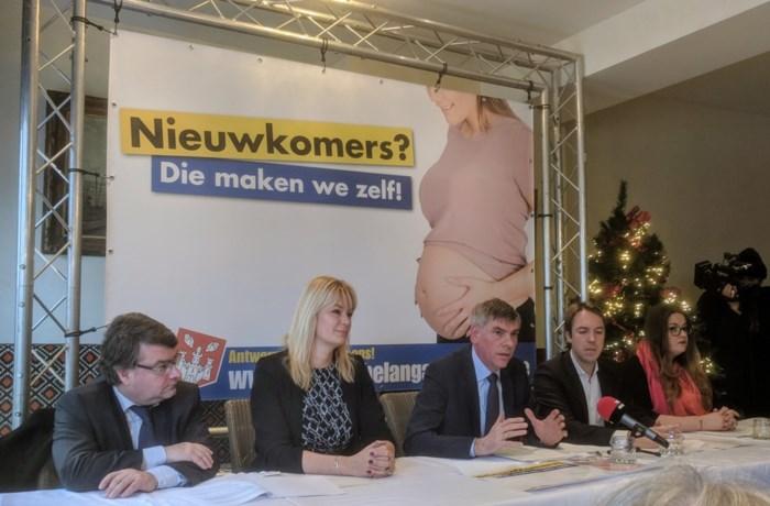 Vlaams Belang verkettert en verleidt N-VA op druk bijgewoond slotwoord