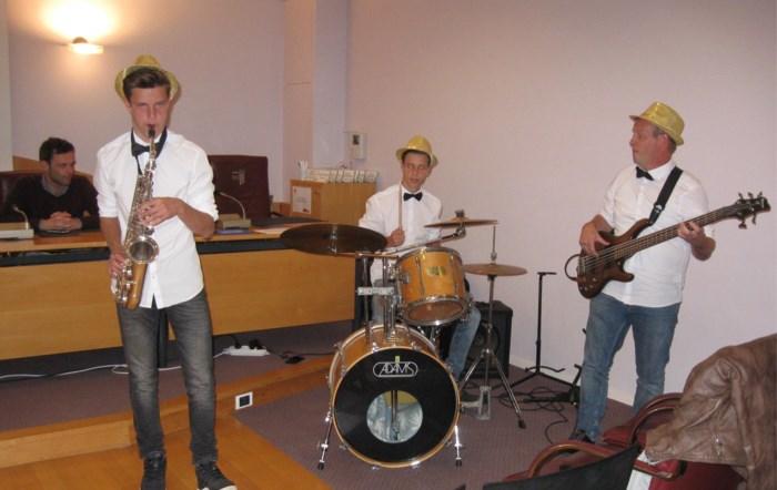 Muzikale vader treedt op met tweelingzoons