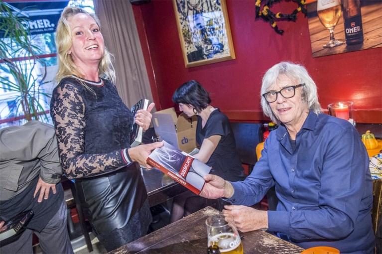 Aspe boycot de Boekenbeurs maar signeert wél in zijn stamcafé in Antwerpen