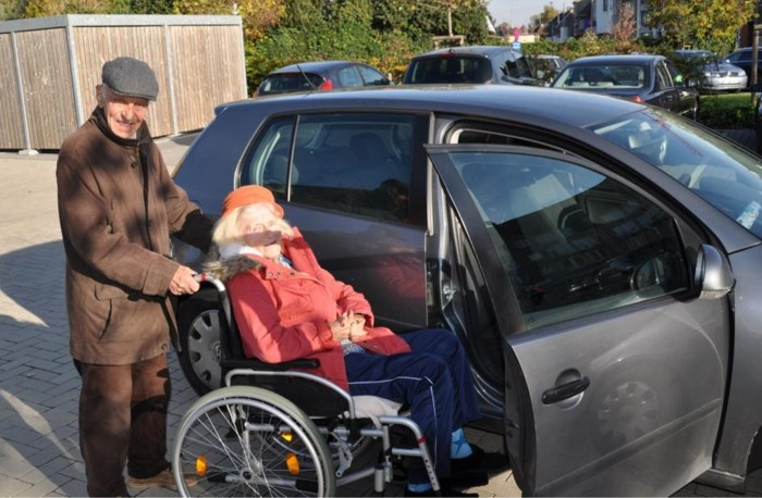 91-jarige Etienne rijdt elke dag rond met minder mobiele dorpsgenoten