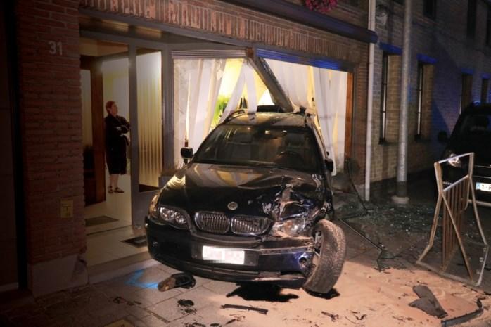 Bestelwagen ramt geparkeerde auto in kapsalon: zware ravage