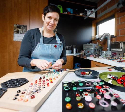 Veerle-V laat nieuwsgierige kijkers binnengluren in atelier