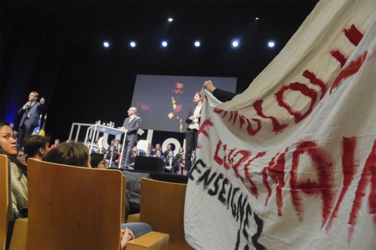 Studenten verstoren debat met premier Michel en Macron aan Belgische universiteit
