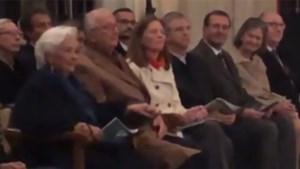 Koningin Paola voor het eerst weer te zien na beroerte, maar het is koning Albert die amper de kerk binnen raakt