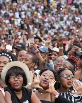 """Alexander De Croo speecht voor gigantische massa in Zuid-Afrika: """"Heb Naomi Campbell backstage gezien"""""""