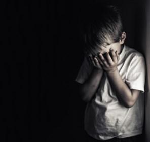 Drie zware gevallen van kindermishandeling: kinderen ondervoed, met stok geslagen en baby schedelbreuk gemept