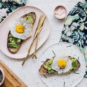 Vegan blogster deelt foto van haar toast en slaat iedereen met verstomming. Zie jij waarom?