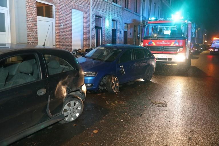 Auto ramt drie geparkeerde wagens en komt op zijkant terecht