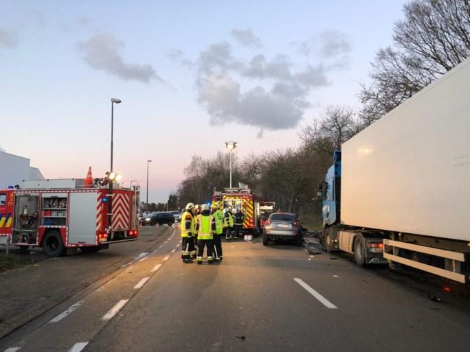 Auto slipt en botst frontaal tegen vrachtwagen: man (39) zwaargewond
