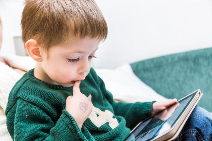 Hersenen van kinderen die lang naar schermpjes staren, zien er anders uit dan die van leeftijdsgenootjes