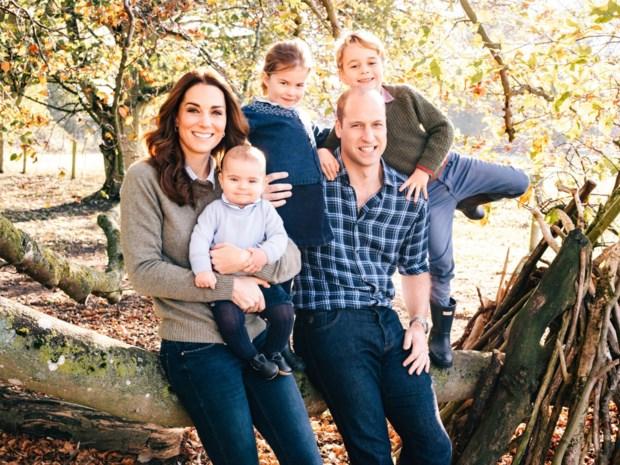 Kate Middleton, prins William en hun drie kinderen stralen op kerstkaartje