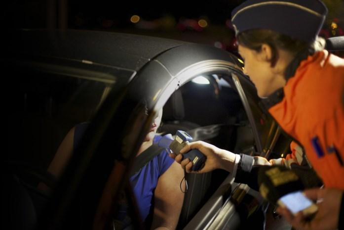 Dronken vrouw kan amper op haar benen staan, agent moet haar auto zelf parkeren